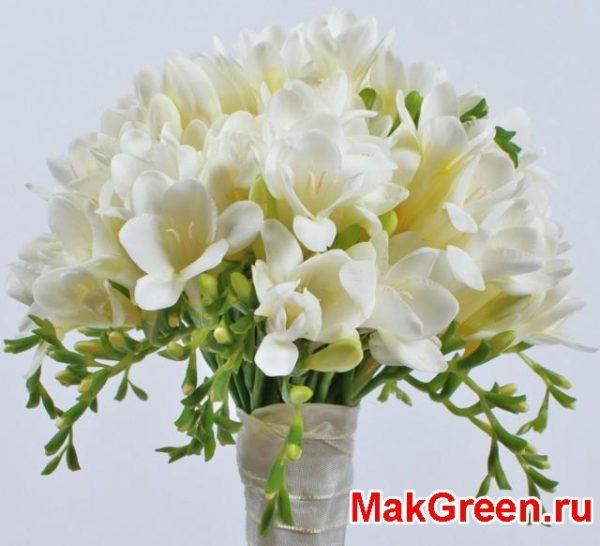 Букет из белых цветов в стакане